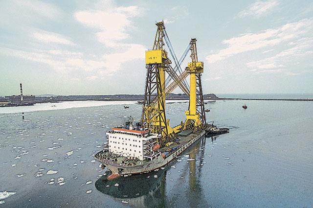 Башенные краны высотой с 27-этажный дом добирались на Дальний Восток из Китая на специальном судне.