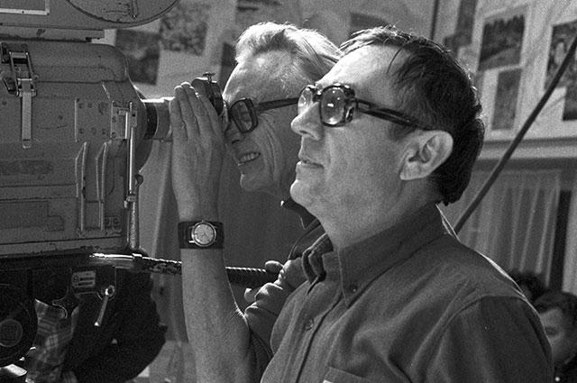 Леонид Гайдай (слева) иглавный оператор Сергей Полуянов насъемках фильма «Спортлото— 82».
