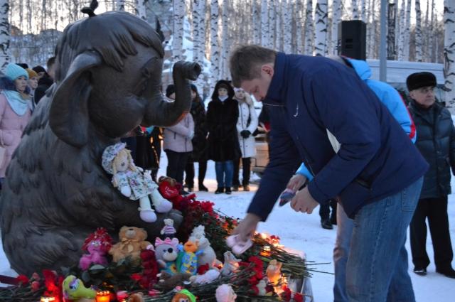 На возложение пришел комментатор Дмитрий Губерниев.