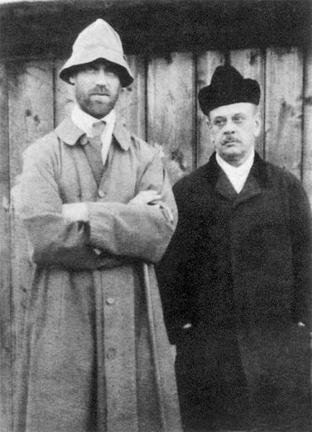 Михаил Александрович (слева) и П. Л. Знамеровский[42]. Снимок сделан в Перми в апреле 1918 года уличным фотографом. На обратной стороне фотокарточки рукой Михаила Александровича написано «Пермский пленник» и дан обет, что не будет бриться до момента освобождения.