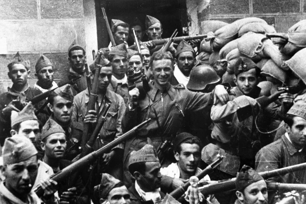 Советский кинооператор (впоследствии - выдающийся кинорежисер-документалист) Роман Кармен (1906-1978) (в центре) среди бойцов испанской республиканской армии. 1936 г.