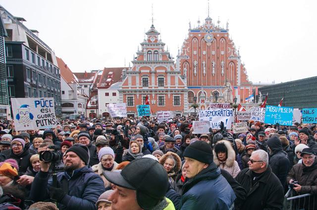 Митинг в поддержку мэра Риги Нила Ушакова на Ратушной площади латвийской столицы.