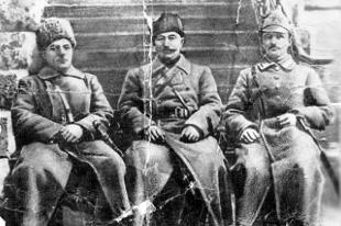 Отец Веры служил под началом К. Ворошилова (крайний слева) и С. Будённого (в середине)