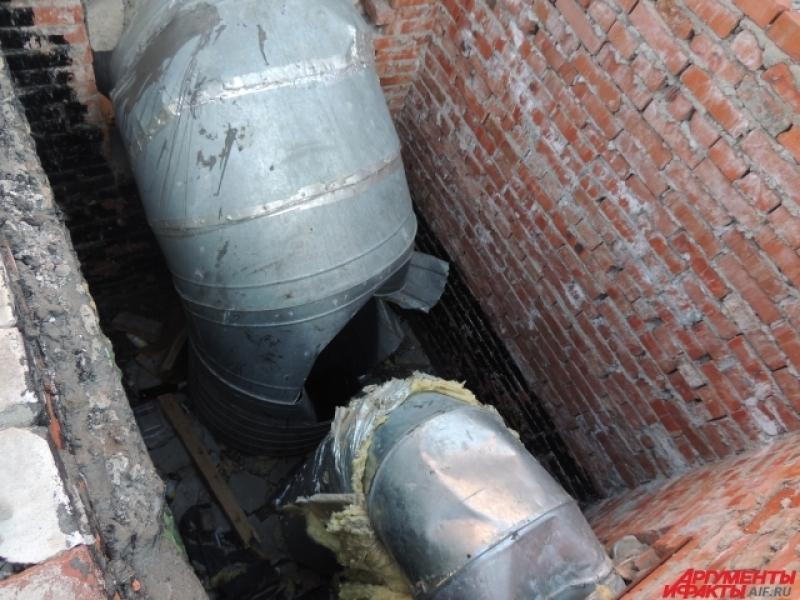 Подростки проделали дырку в вентиляционной трубе
