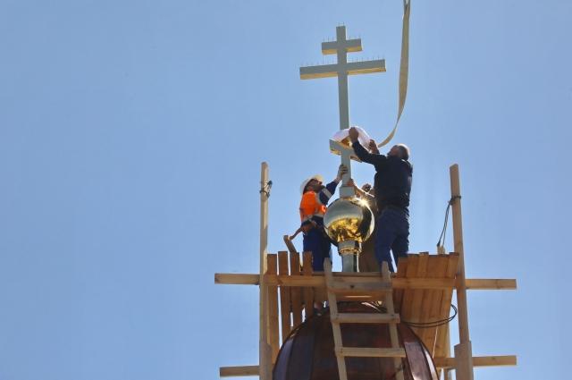 Установка креста на храме.