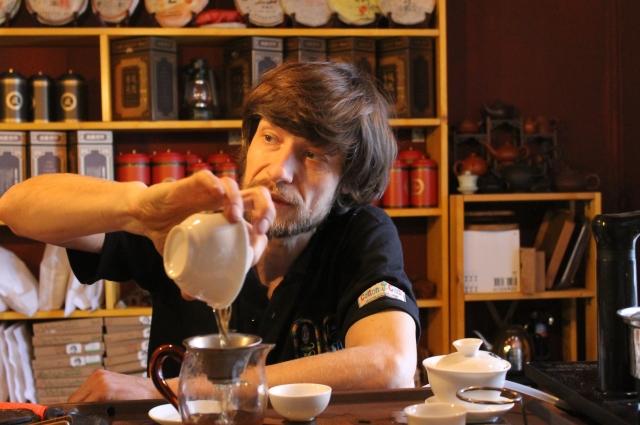 Чайный мастер за работой