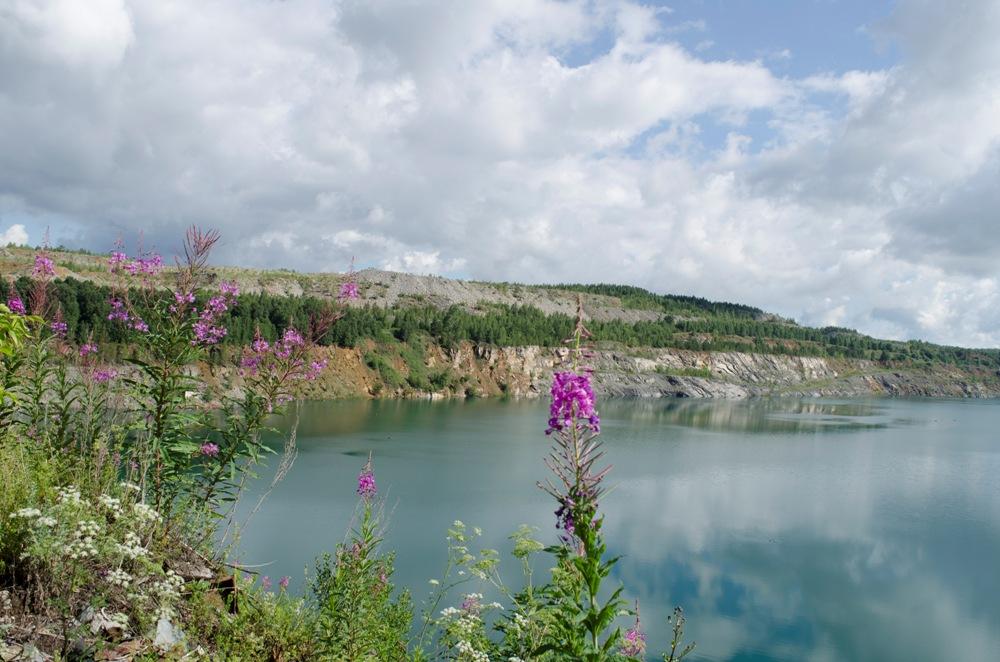 Карьер Степной превращается в озеро с чистейшей водой.