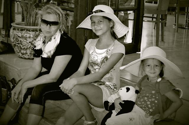 С дочерьми.
