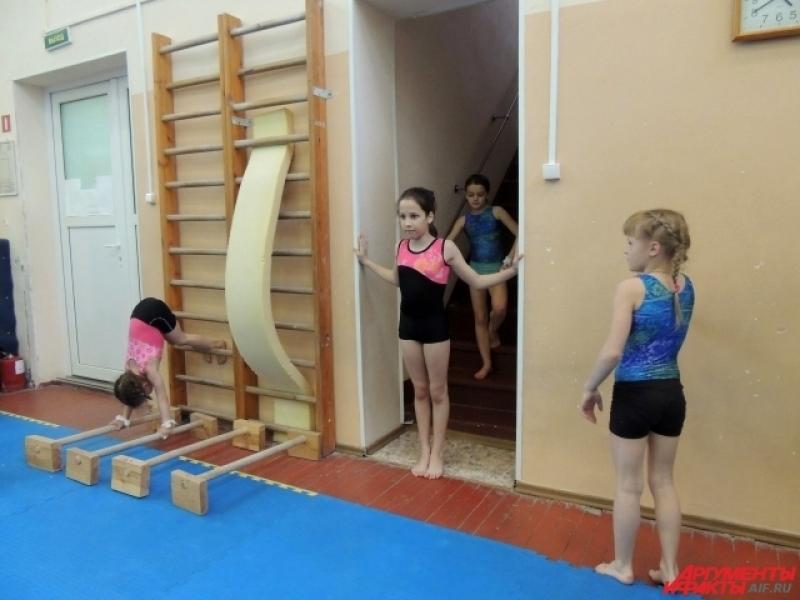 Брать разбег девочкам приходится с лестницы