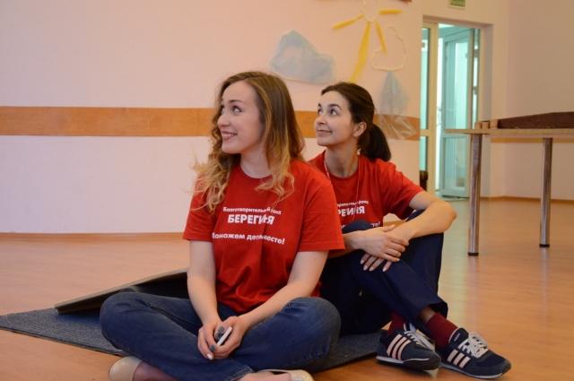 По словам Светланы Поспеловой (слева), в среднем в онкоцентре, в отделениях гематологии и онкологии, находится 45 детей.