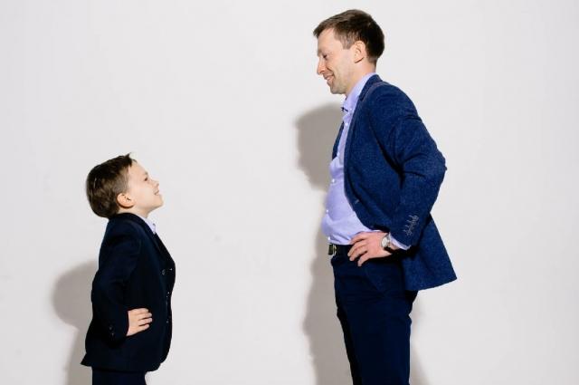 Андрей даже учит Сашу в его 8 лет инвестировать.