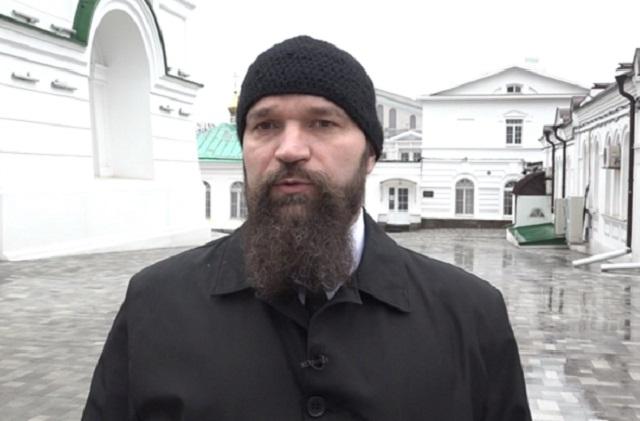 Игорь Петровский  считает отпевание вне храма - вопиющим нарушением.