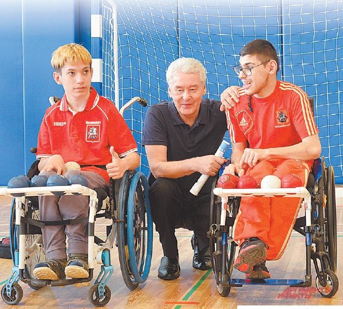 Мэр Собянин с ребятами из спортивно-адаптивной школы Москомспорта.
