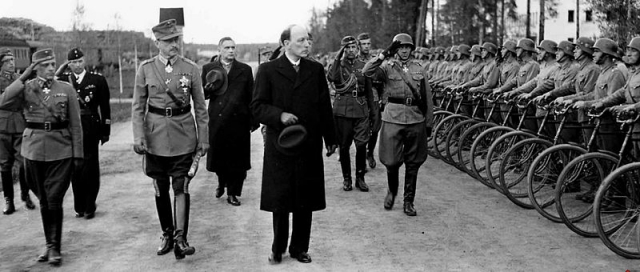 Маршал Маннергейм и президент Рюти инспектируют войска в Энсо (ныне — Светогорск). 4 июня 1944 г. Фото: Commons.wikimedia.org