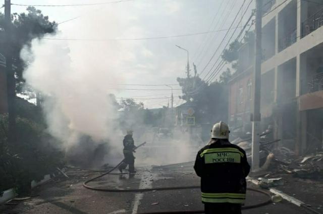На месте работают пожарные бригады.