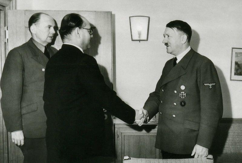 Субхас Чандра Бос встречается с Гитлером в Восточной Пруссии, 1942 г.