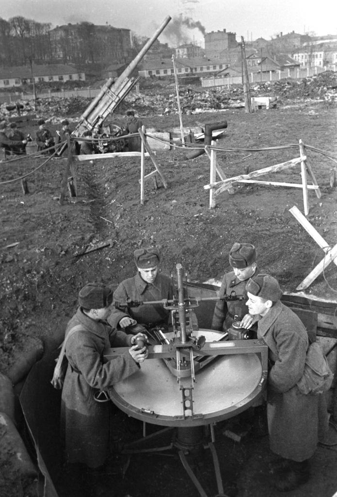 Группа наведения зенитного расчета при обороне Москвы, 1941 г.