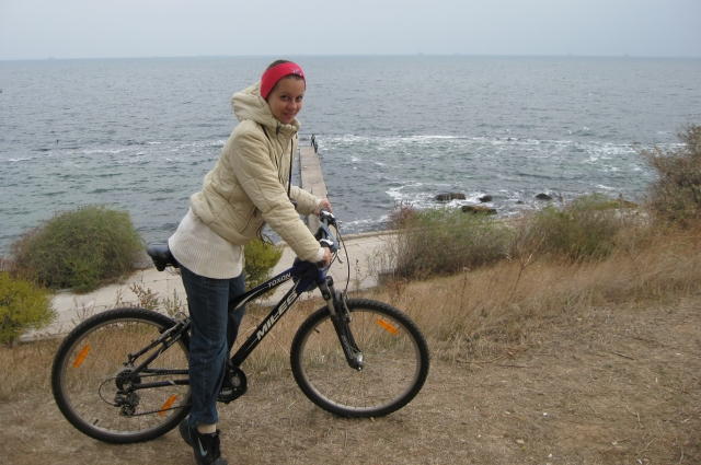 Супруга Евгения на одной из велопрогулок у моря