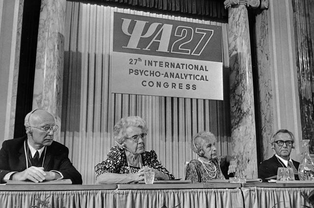 Анна Фрейд (третья слева)