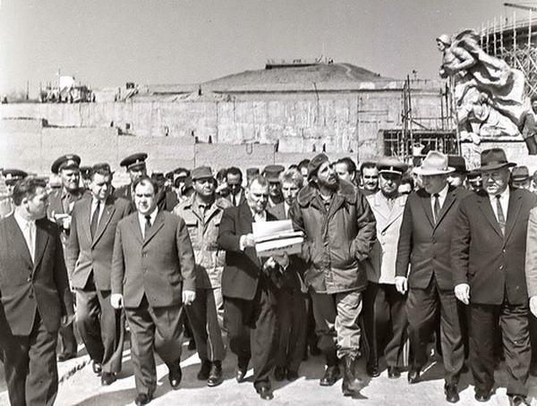 Вучетич и Фидель Кастро на Мамаевом кургане
