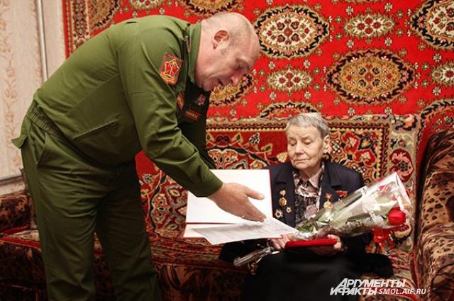Медаль Анне Савельевне вручал военком области Владимир Рыкалов.