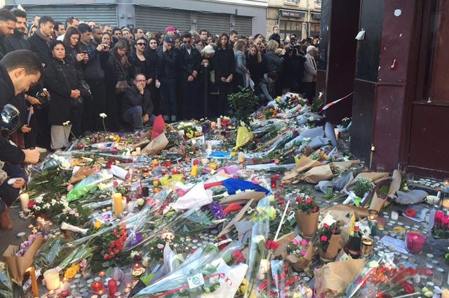 Парижане выражают солидарность в погибшими и их семьями.
