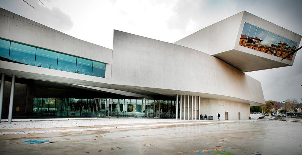 Национальный музей искусств XXI века в Риме, построенный по проекту Захи Хадид.