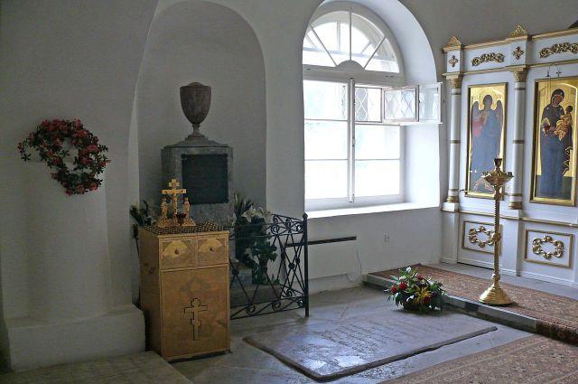 Могила четы Державиных в Варлаамо-Хутынском монастыре.