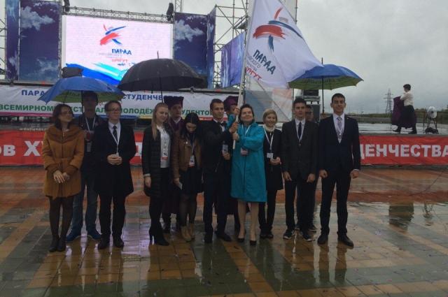 Наталья Комарова передала студентам Югры флаг с эмблемой парада.