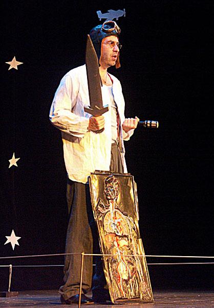 Евгений Гришковец в моноспектакле ОдноврЕмЕнно, представленном на фестивале Золотая Маска . 2004 год