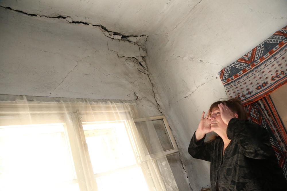 Соседка Ольга живет от бабы Вали через стенку и тоже боится однажды не проснуться под завалами.