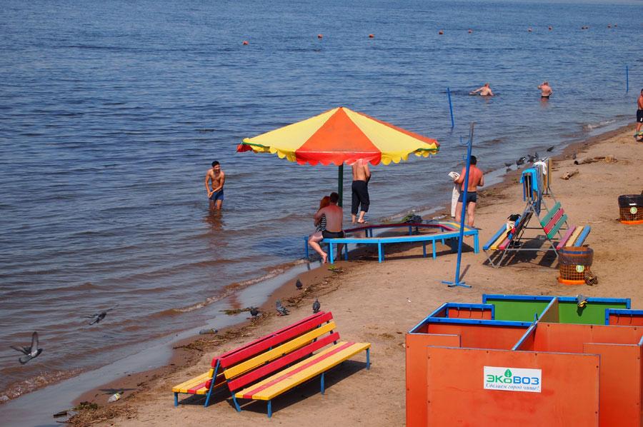 Пляжный инвентарь уходит под воду.