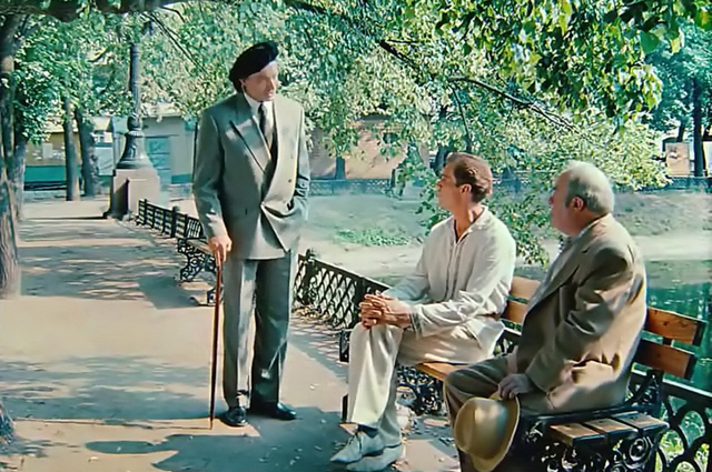 В фильме герои сидят наоборот — спиной к Патриаршим прудам, лицом к Малой Бронной.