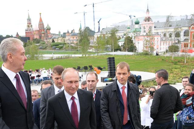 Президент РФ Владимир Путин во время посещения ландшафтного парка