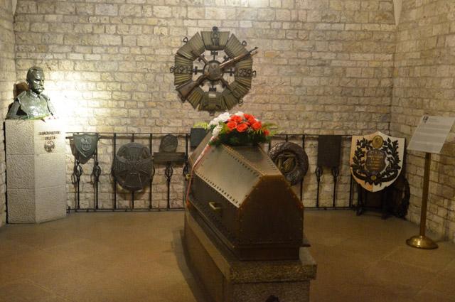 Краков, гроб с телом Юзефа Пилсудского в склепе на холме Вавель.