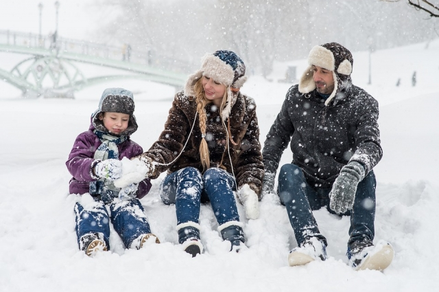 Традиционное ваяние снеговика всей семьей поможет не только организму насытиться кислородом, но и сбросить несколько сотен калорий, набранных за столом.