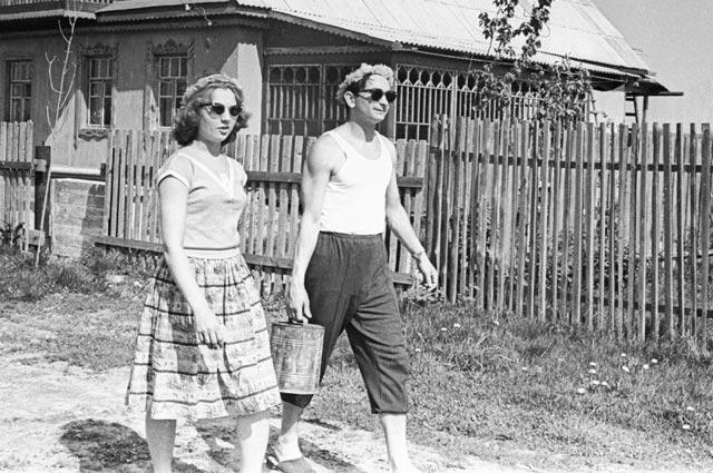 Валерий Быковский с женой Валентиной на даче. 1963