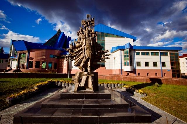 Памятник Фарману Салманову в Ханты-Мансийске.