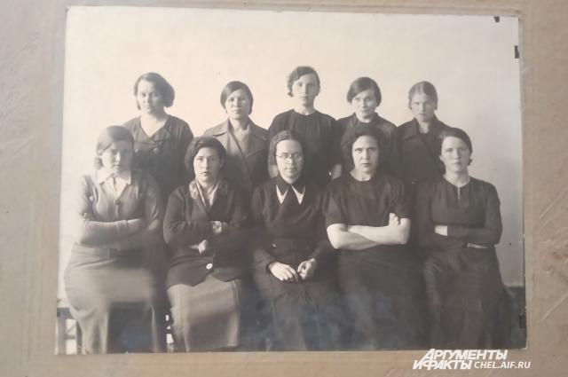 На фотографии 30-х годов — медперсонал с первого места работы юбилярши.