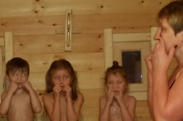 Дети в сауне.