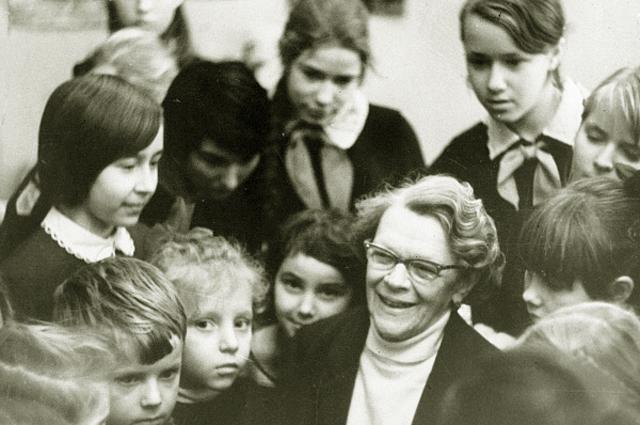 Татьяна Ивановна Пельтцер в гостях у пионеров в редакции газеты Пионерская правда . 1971