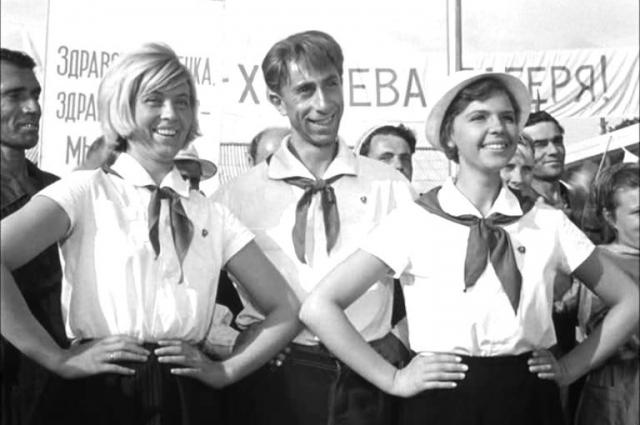 Нина Шацкая (крайняя слева).