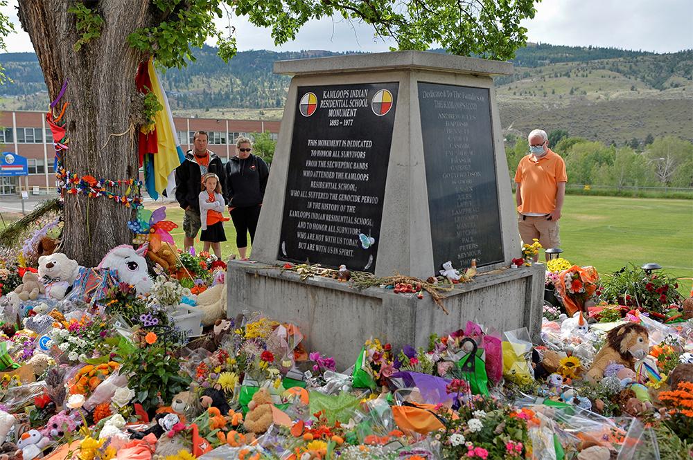 Мемориал на территории бывшей школы-интерната для индейцев Камлупс в Камлупсе. Канада.
