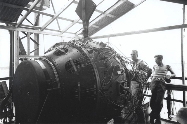 Атомное испытание «Тринити». Заряд перед взрывом. 1945 u/
