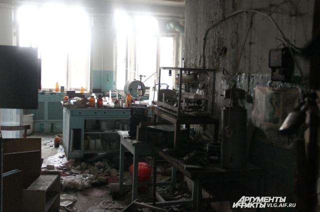 Кабинеты выглядят так, будто сотрудники завода все бросили и ушли в один момент.
