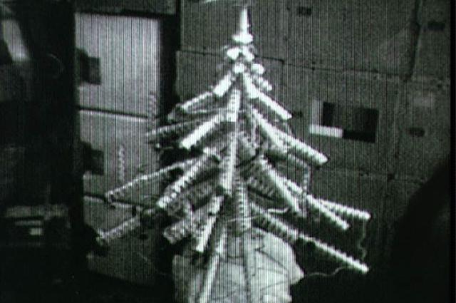 Первую елку космонавты сделали из консервных банок.