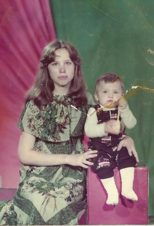 Елизавета Богомолова в молодости с сыном Сергеем.