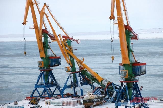 Генеральный груз и большую часть продуктов питания на Чукотку завозят в летний период морским путём.