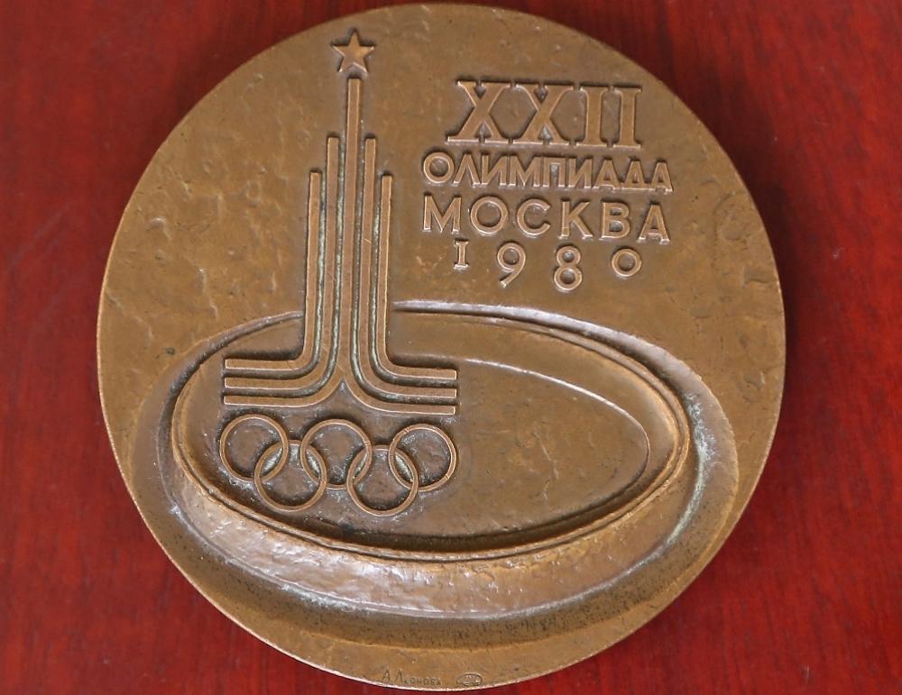 Медаль московской Олимпиады гораздо тяжелее по весу, чем нынешние награды.