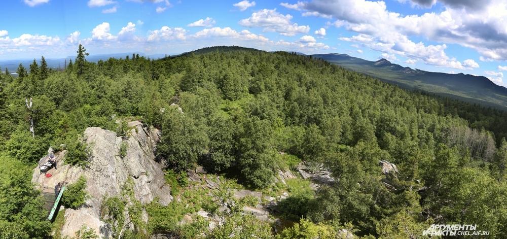 С высоты смотровой площадки виден и ближний лес, и дальние горы.